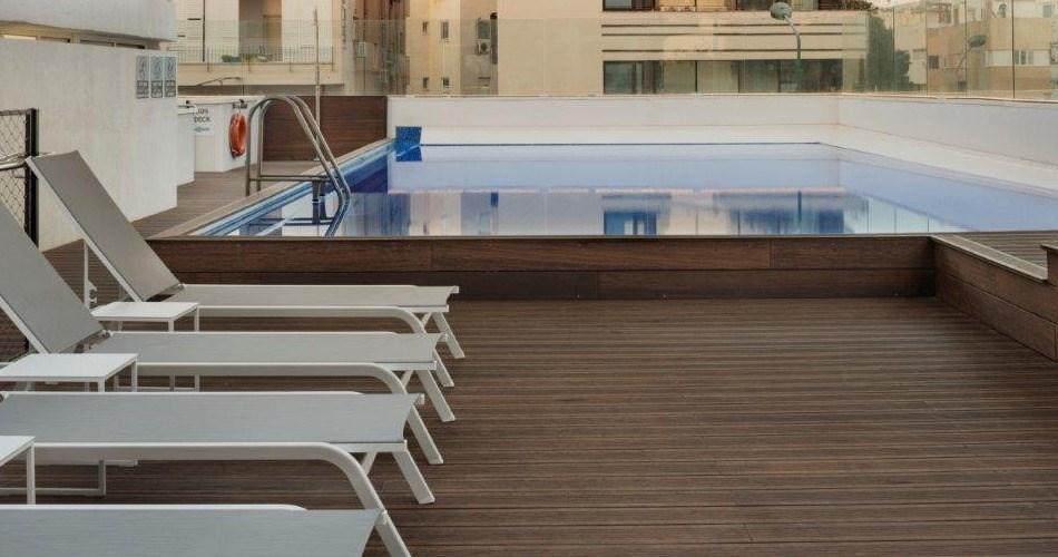 Pool & Tanning Area - Metropolitan Hotel Tel Aviv